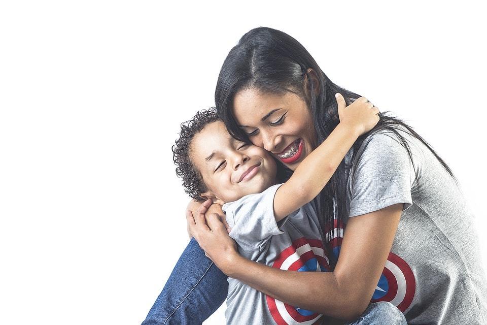 ハグをする母親と息子