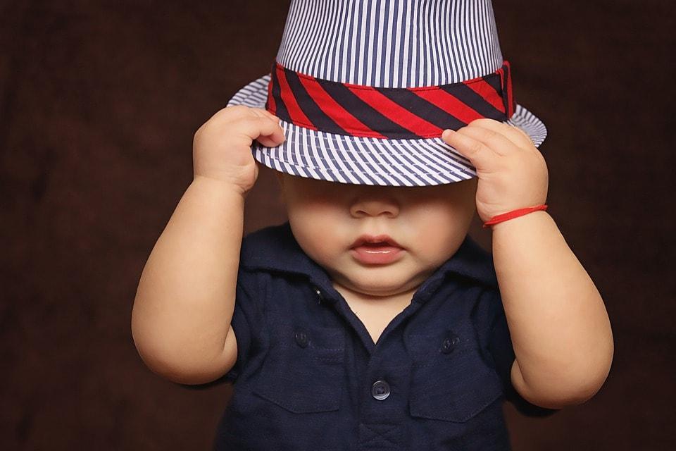 目深に帽子をかぶった男の子