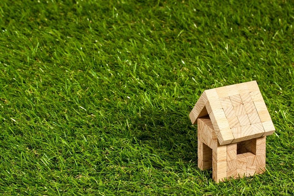 芝の中の小さな家