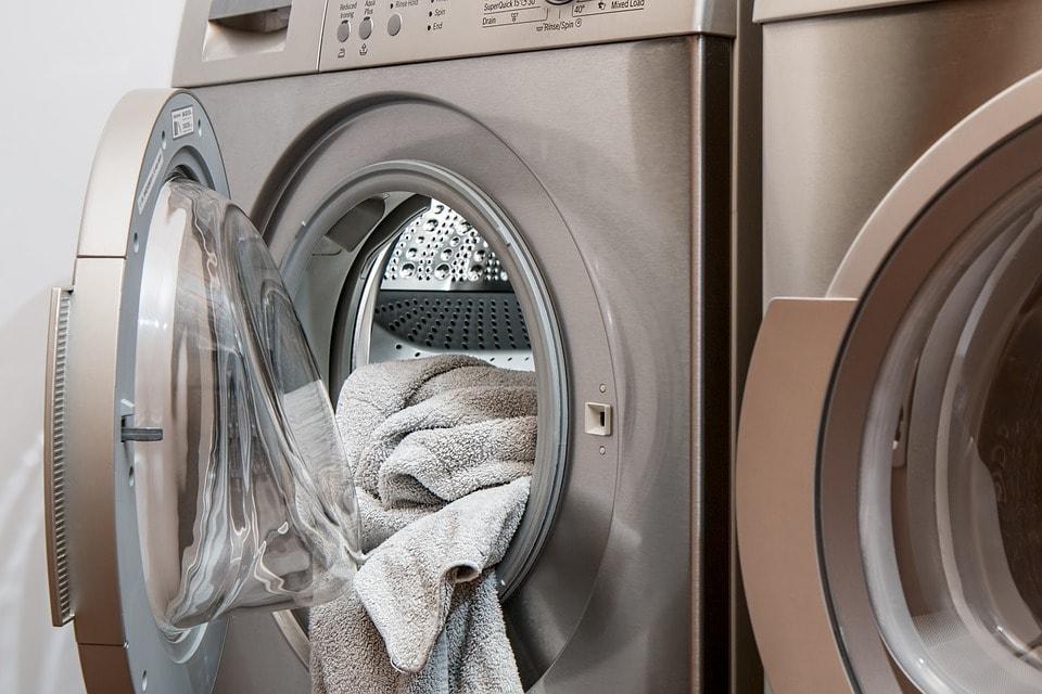 洗濯機からこぼれそうな洗濯物
