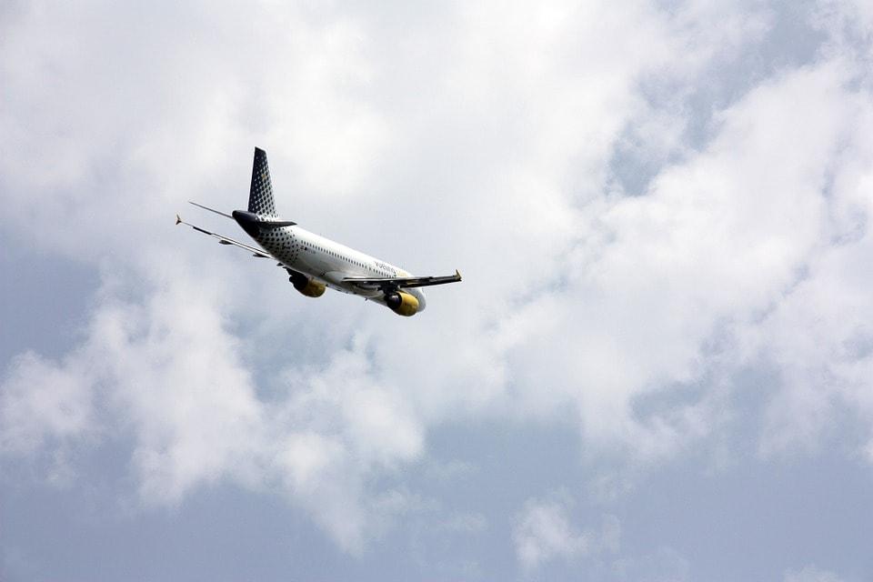 空へ飛び立った飛行機